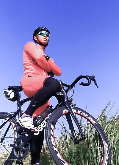 單車騎士身著紅色司普堤機能衣褲,徜徉於鄉間小道⋯⋯