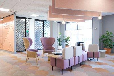 紅銅色粉紅色和米色拼貼的bolon studio scale魚鱗形扇形PVC編織地板鋪在簡約粉彩風格的辦公室設計空間
