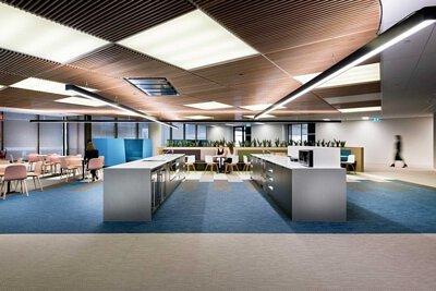 藍色綠色白色米色深灰色拼接的bolon PVC編織地板鋪在簡約俐落風格的辦公室設計空間