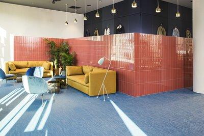 藍色滿鋪的bolon PVC 編織地板鋪在時尚產業的辦公室設計空間非常有特色