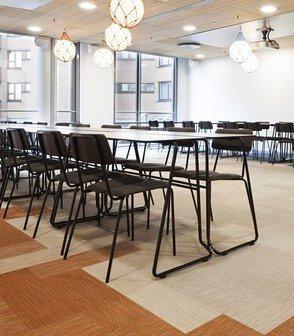 磚紅色和米色的bolon長條形PVC編織地板鋪在簡約風格的辦公室設計空間