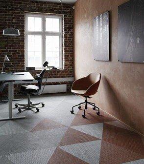 磚紅色的bolon studio三角形PVC編織地板鋪在工業復古風格的辦公室設計空間