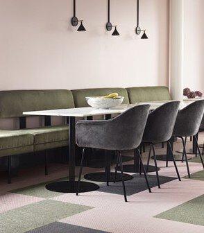 綠色粉紅色和深灰色的bolon長方形PVC編織地板鋪在簡約輕奢風格的辦公室設計空間