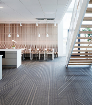 bolon PVC編織地板半客製以棕色為底交織有光澤沙色線的條款式鋪在瑞典的辦公室設計空間