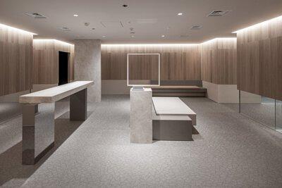 淺灰色的Bolon 爆裂紋 PVC編織地搭配簡約的幾何室內配置,呈現冷調的大器設計空間