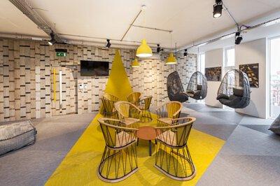 亮麗黃和極致灰的Bolon編織地板三角形拼花和連牆設計