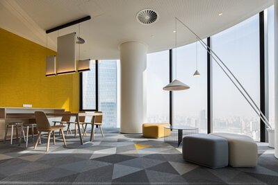 Bolon PVC編織地板以三角形幾何地板呈現,黃色、灰色、淺棕色相互搭配出有趣的辦公室設計空間