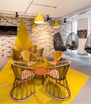 英國的辦公室設計空間鋪設黃色與綠色的大塊幾何bolonPVC編織設計地板