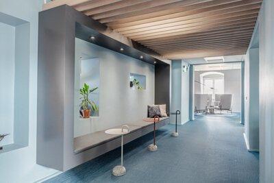 瑞典的辦公室設計空間鋪設淡藍色bolon PVC編織地板