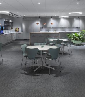瑞典辦公室空間鋪設灰色爆裂紋路的bolonPVC編織設計地板