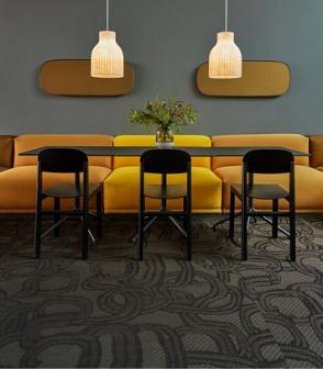 瑞典的辦公室設計空間鋪設輕奢感的黑色金色鏈條圖案bolonPVC編織設計地板