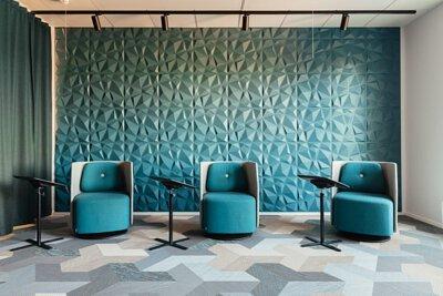 芬蘭的辦公室設計空間鋪設Wing 翅膀型的Bolon PVC編織設計地板,用米色灰色淺藍色拼貼
