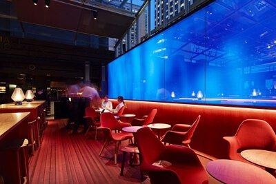 澳洲的cafe bar Jean Nouvel設計款紅色線條的瑞典Bolon編織地板