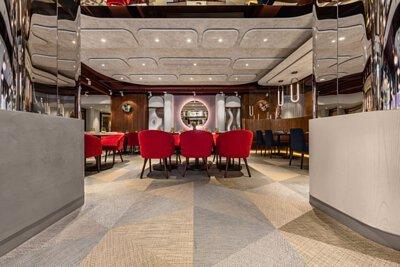 台灣的會所空間- 台北美僑俱樂部鋪設由米色金色灰色組成的三角形bolon中性色PVC編織設計地板