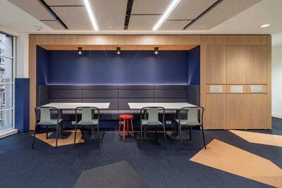 英國倫敦的辦公室設計空間鋪設Bolon PVC編織設計地板,用深藍色,紅銅色, 黑色做現場裁切拼花