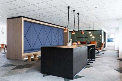 挪威的辦公室設計空間鋪設灰色系的Bolon Studio三角形編織設計地板