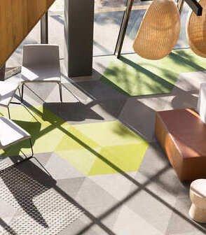 澳洲墨爾本大學的獸醫校區鋪設Bolon Studio三角形地板,以灰色系搭配黃和綠的亮色點綴