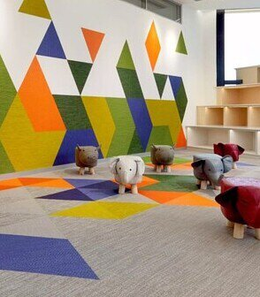 位於上海的MUMU早教中心在地面和牆面上使用Bolon Studio 三角形編織地板用繽紛的色彩拼出童趣的設計