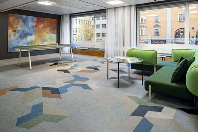 瑞典IP Only辦公室鋪設Bolon編織地板,用橘色白色綠色藍色的Wing造型地板讓工作場所變得繽紛有趣