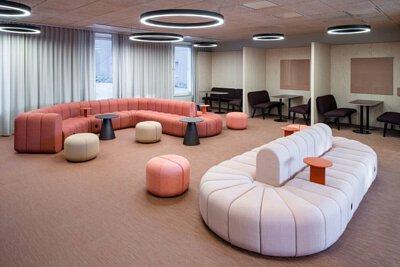 瑞典Karolinska 學生中心鋪設粉橘色Bolon編織地板