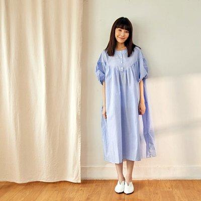 半開襟V型剪接泡泡袖長洋裝/藍直條