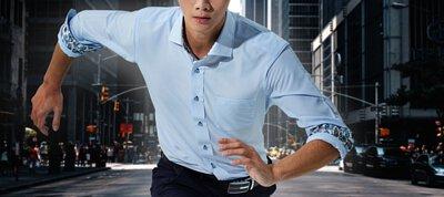 一位上班族穿著機能商務襯衫在跑步,而且不怕全身溼透