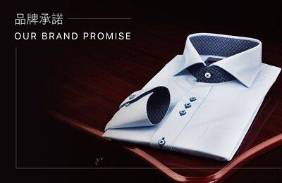 高質感的衣十五商務襯衫平放在木頭桌子