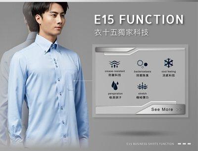 穿著藍色商務襯衫的男人正展示他身上商務機能襯衫的各項機能優點