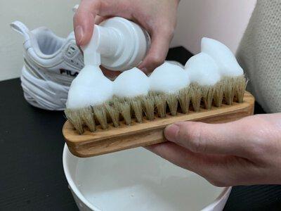 鬃毛刷擠上洗鞋特工