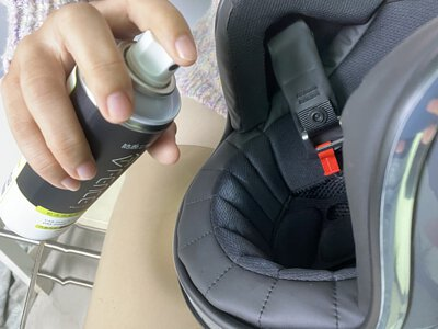 使用乾洗消臭清潔慕斯,於8-10CM距離,噴塗於髒污上