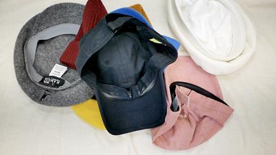 一堆凌亂的髒帽子