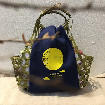 樂木集中秋禮盒,綠色竹籃包裹著藍色印有月亮的布