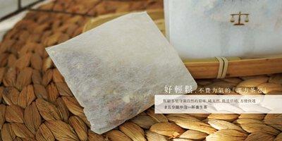 玉米纖維茶包袋放在藤編墊子上