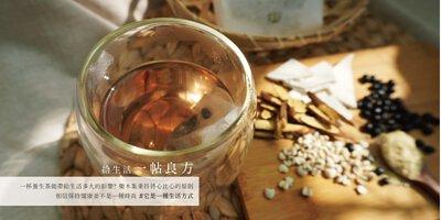 防燙玻璃杯內有茶包、茶放在藤編墊子上,有薏仁、茯苓、甘草