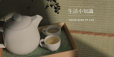 生活小知識,白色大玻璃茶壺、兩個茶杯放在海棠花托盤上,底下是榻榻米