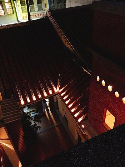 古色古香的磚瓦屋, 映著夜晚的燈