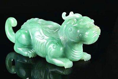 翡翠的綠是大自然的主色調,人們喜歡翡翠並非是一種欲望,而是一種精神情調,因為在翡翠身上帶有一種天然的中華民族的精神:戰勝困難勇往直前的精神財富。