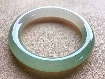圓條鐲: 鐲子大小要正好,內圈圓,外圈圓,條杆圓,因為講究圓圓滿滿。  這種鐲子極為經典,流傳已久,講究精圓厚條,莊重正氣。  圓條手鐲比其他種類的手鐲更費料,而且佩戴效果較佳,所以較有收藏價值。