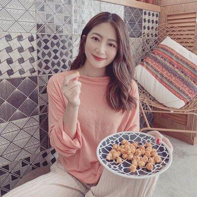 漂亮女生在家吃爆米花