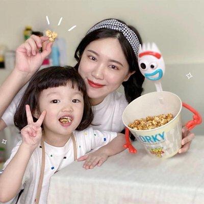 母女一起吃爆米花