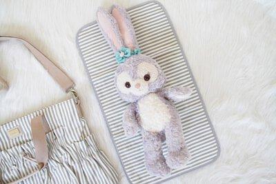 嬰兒換尿布時使用尿布墊之情境
