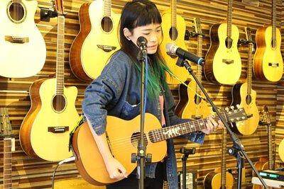 台灣知名創作歌手卜星慧來陸比音樂分享吉他音樂側拍