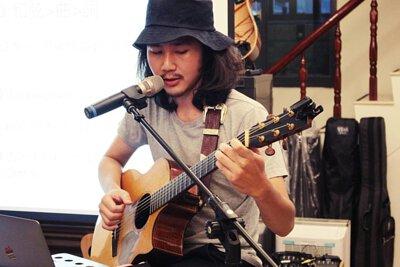 台灣知名創作歌手吳東穎來陸比音樂分享吉他創作音樂側拍
