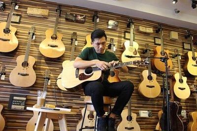 台灣知名吉他演奏家許復順來陸比音樂分享吉他創作音樂側拍