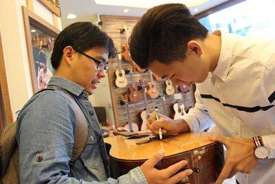 台灣知名吉他演奏家許復順來陸比音樂分享吉他創作音樂側拍-簽名