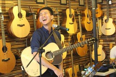台灣知名吉他演奏家董杰安來陸比音樂分享吉他創作音樂側拍