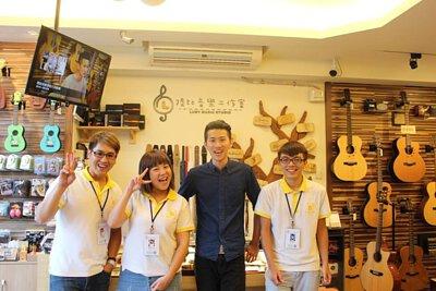 台灣知名吉他演奏家董杰安來陸比音樂分享吉他創作音樂側拍-工作人員合照