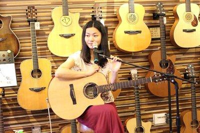 台灣知名吉他演奏家Ayers代言人許綺娟來陸比音樂分享吉他創作音樂側拍