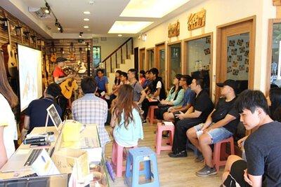 台灣知名吉他改編歌手邱立翰來陸比音樂分享吉他改編音樂側拍