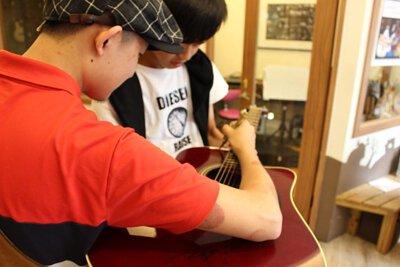 台灣知名吉他改編歌手邱立翰來陸比音樂分享吉他改編音樂側拍-簽名